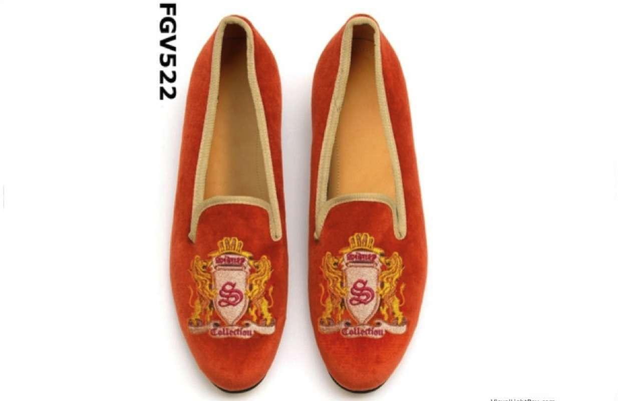 橙色彩色天鹅绒拖鞋和徽标